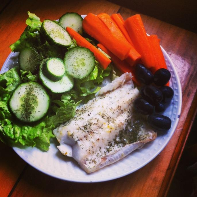 Merluza a la mantequilla con eneldo junto a una ensalada verde, zanahorias y aceitunas. Paleo, primal, sin gluten, sin azúcar