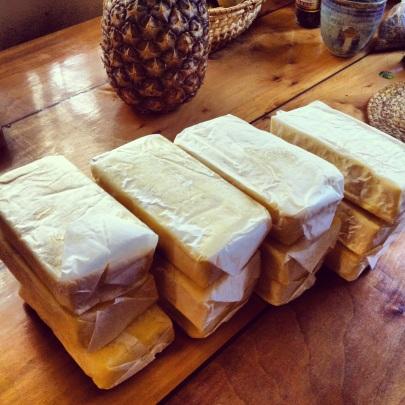 Creo que me gusta la mantequilla un poquito. Si compras en cantidades importantes, te dan un descuentito también. Nunca está demás. Y dicen que el Paleo es caro. Pfffff. Hay que saber dónde comprar no más, y priorizar la alimentación real e inteligente por sobre lo dulce (porque los ingredientes para hacer cosas dulces pueden ser bastante caros: frutos secos, ingredientes de especialidad, etc.)