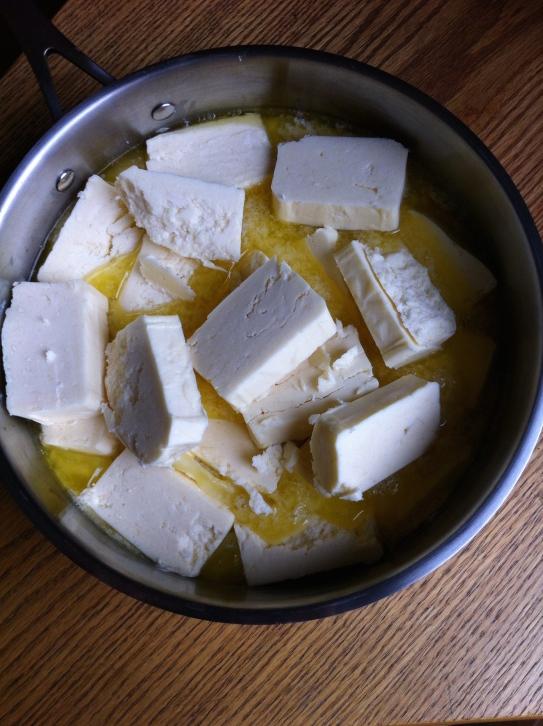 La primera etapa de hacer tu propio ghee: derretir la mantequilla