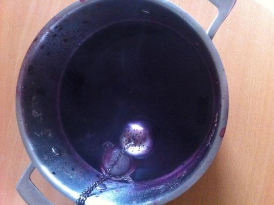 gelatina de berries, hierba buena y jengibre en proceso