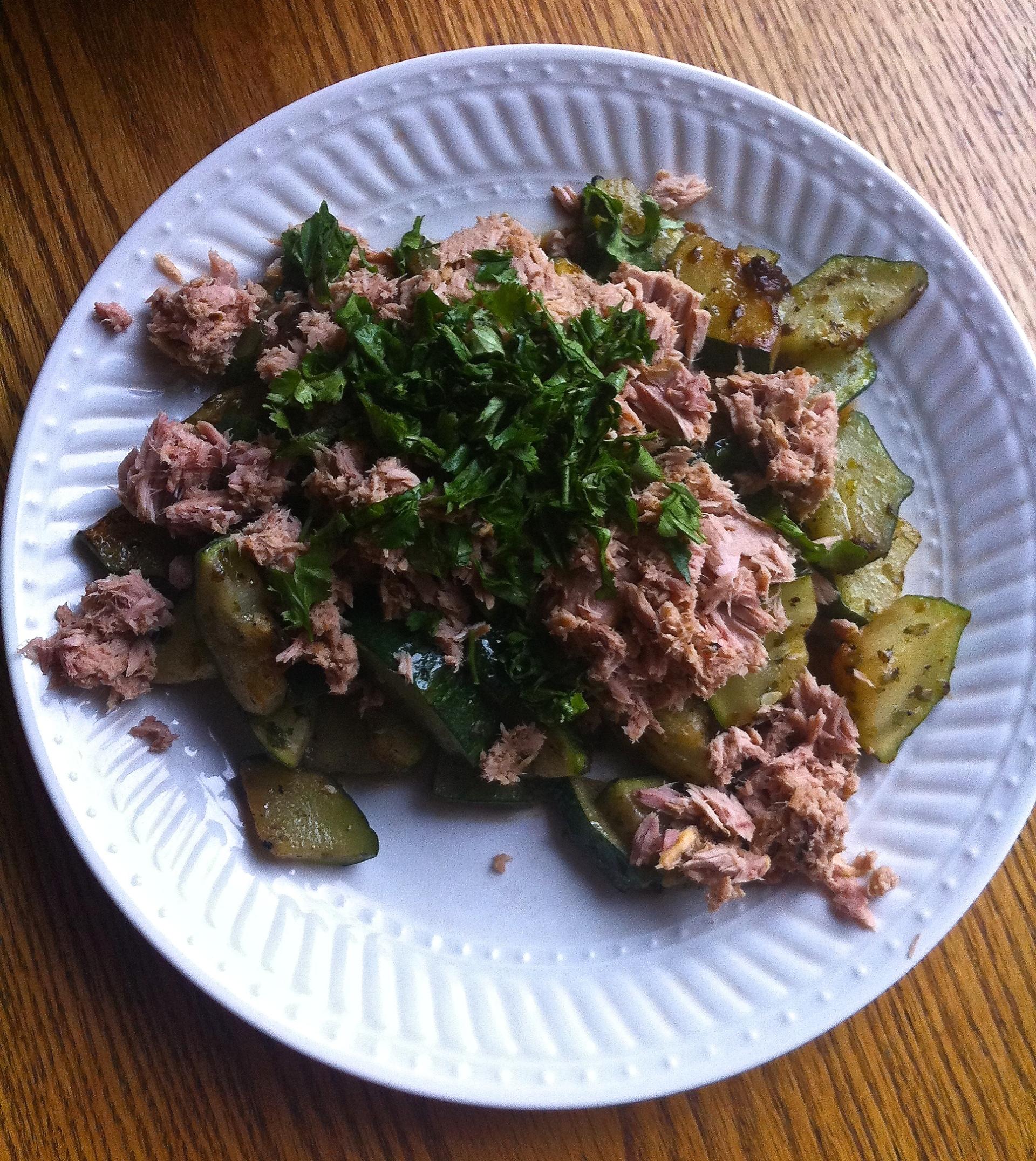 ¿No sabes qué hacer de desayuno? Zapallito italiano con atún y cilantro (y las especias o hierbas que quieras) es un plato liviano pero contundente a la vez. Ideal para comenzar el día.