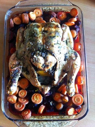 Delicioso pollo asado con hierbas y vegetales