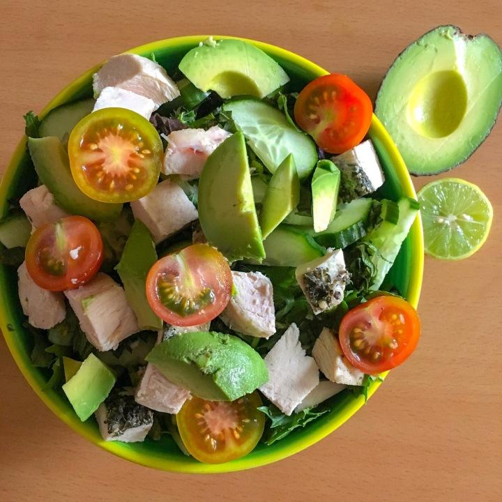 ensalada contundente con pollo asado y huevo duro #paleo #ensalada #wholefood